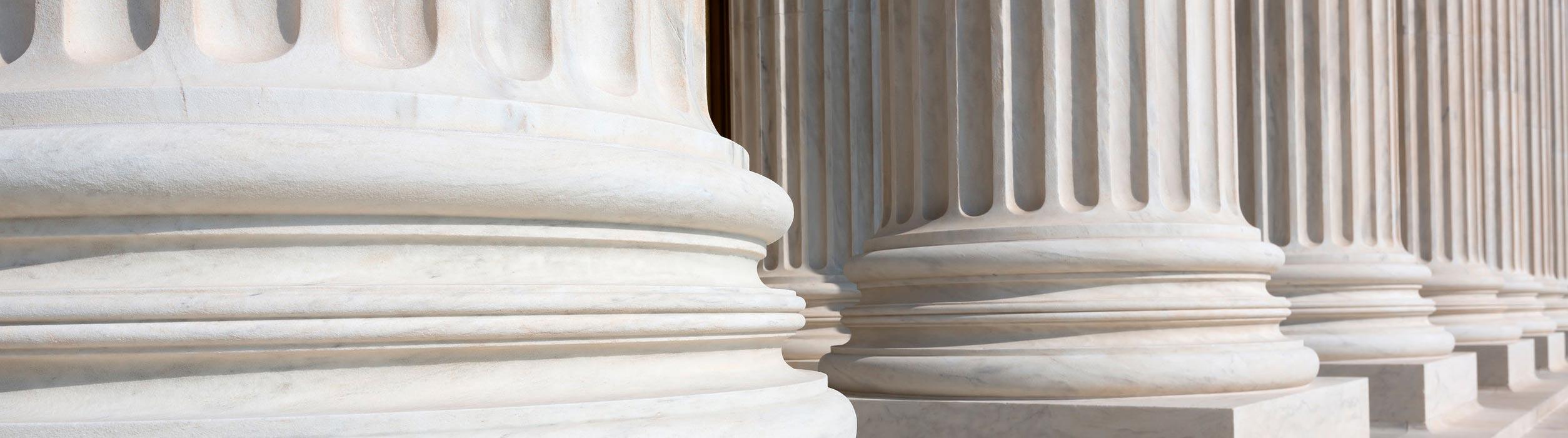 illustration des colonnes devant les tribunaux de justice