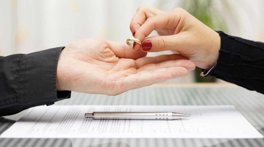 une femme rend son alliance à son mari, séparation, divorce