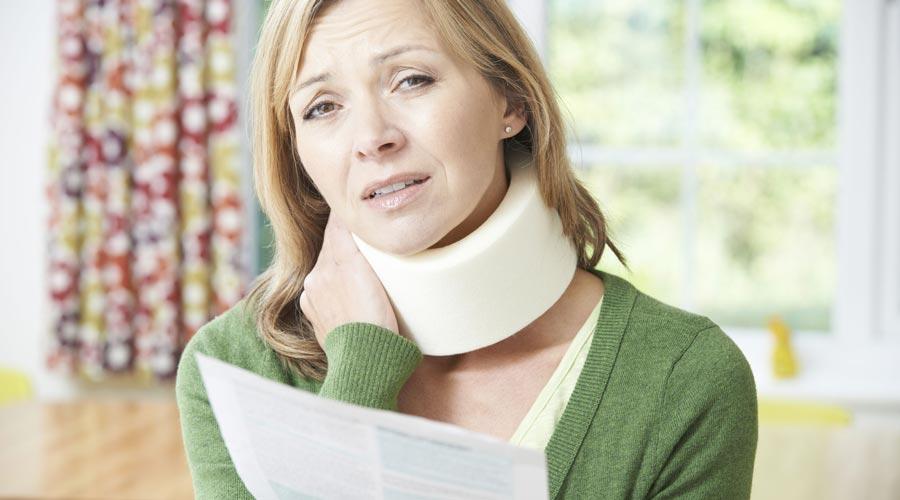 une femme avec une minerve suite à un accident non responsable